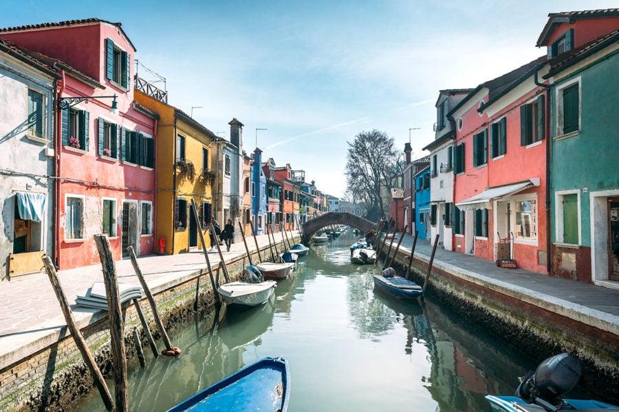 burano-village-houses-canals-900x600 ▷ 30 mejores cosas que hacer en Venecia (la hermosa ciudad flotante de Italia)