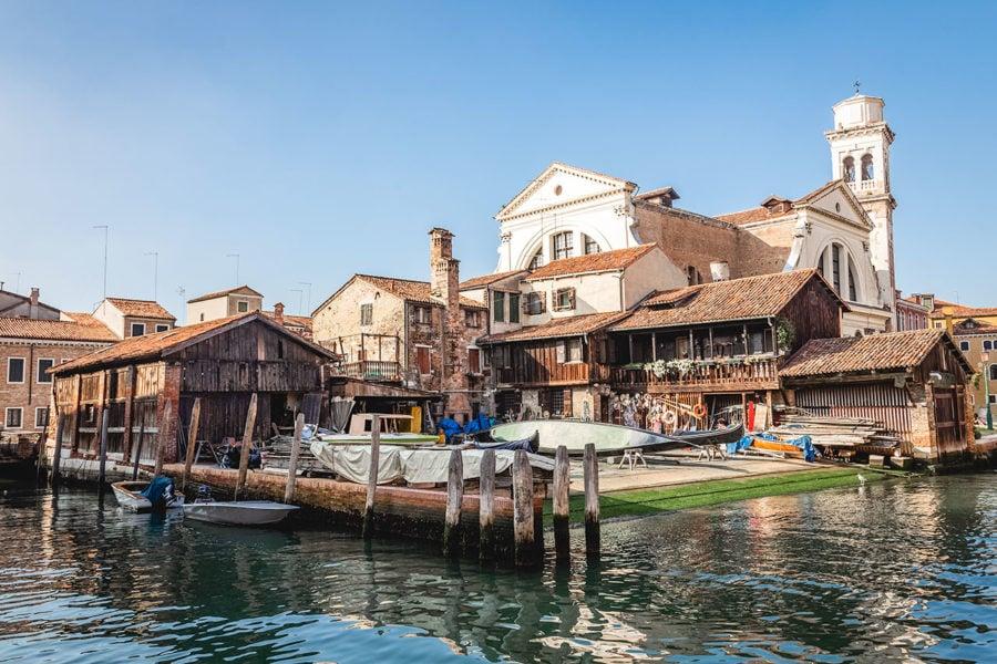 italy-gondola-boatyard-900x600 ▷ 30 mejores cosas que hacer en Venecia (la hermosa ciudad flotante de Italia)