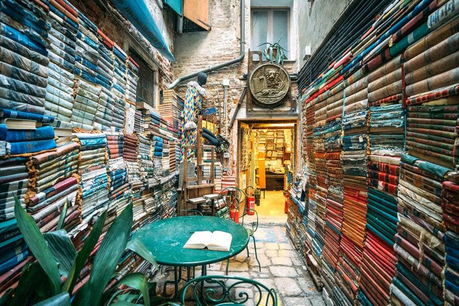 venice-book-store-900x600 ▷ 30 mejores cosas que hacer en Venecia (la hermosa ciudad flotante de Italia)