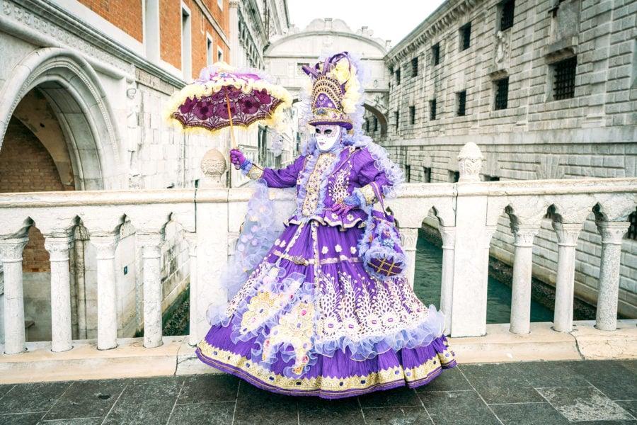 venice-carnival-costume-900x600 ▷ 30 mejores cosas que hacer en Venecia (la hermosa ciudad flotante de Italia)