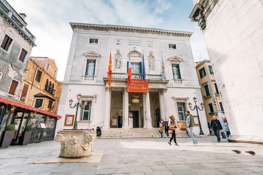 venice-teatro-la-fenice-900x600 ▷ 30 mejores cosas que hacer en Venecia (la hermosa ciudad flotante de Italia)